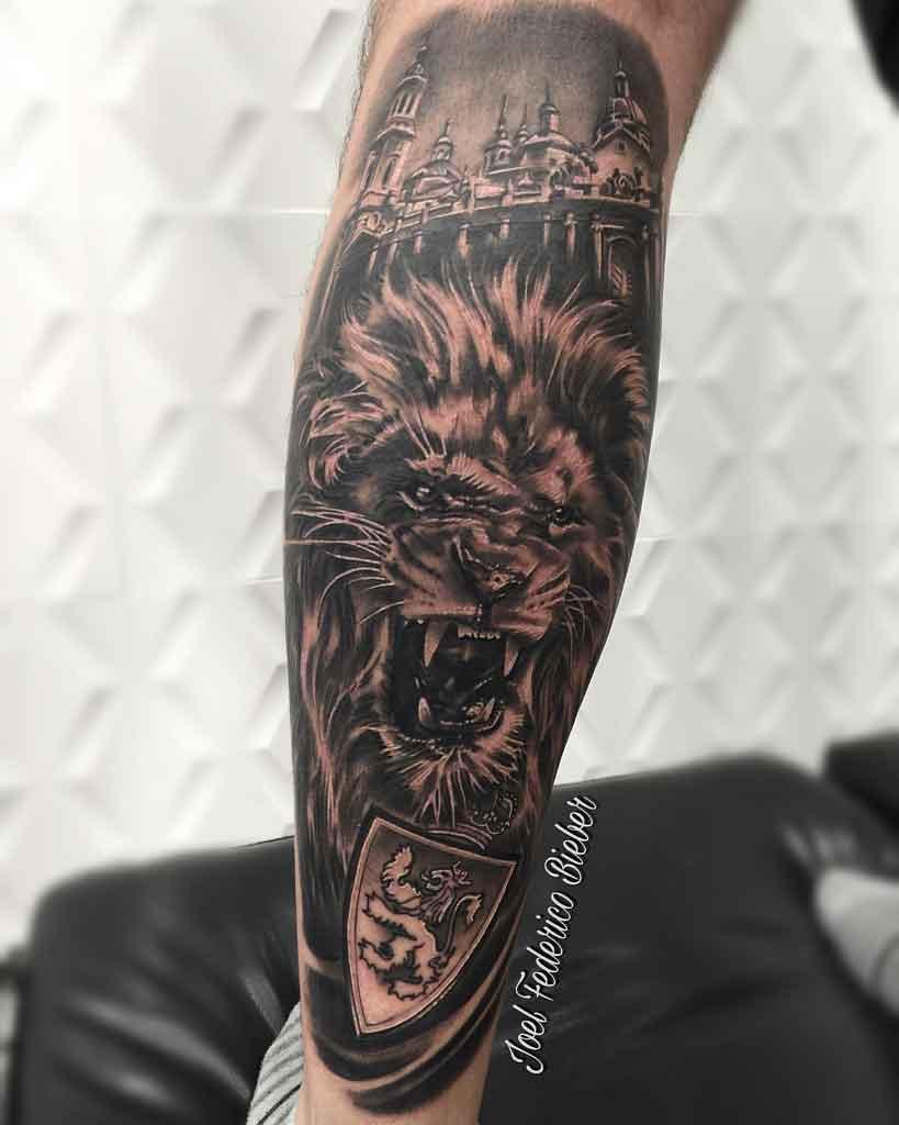 Tatuaje para hombre en gemelo de león con escudo del Real Zaragoza con fondo de la Basílica del Pilar